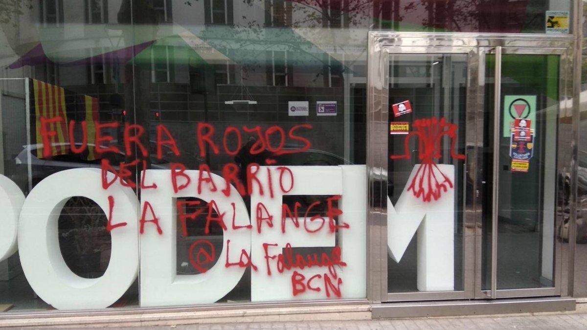 Pintadas en la fachada de la sede de Podem Catalunya.