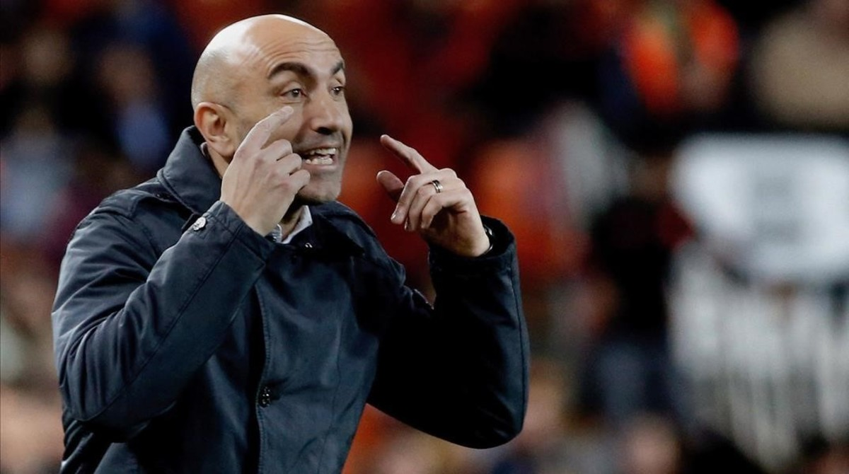 El Pitu Abelardo pide atención a sus jugadores ante el Valencia, en Copa.