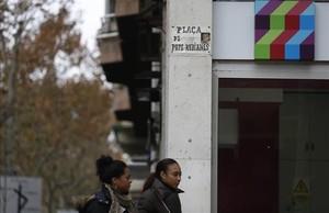 La placa colgada por las viudas de Pepe enla plaza que llevará su nombre, este lunes por la mañana.