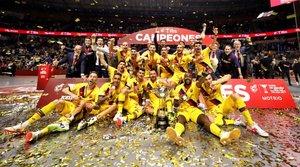 La plantilla del Barça, con la Copa de España.