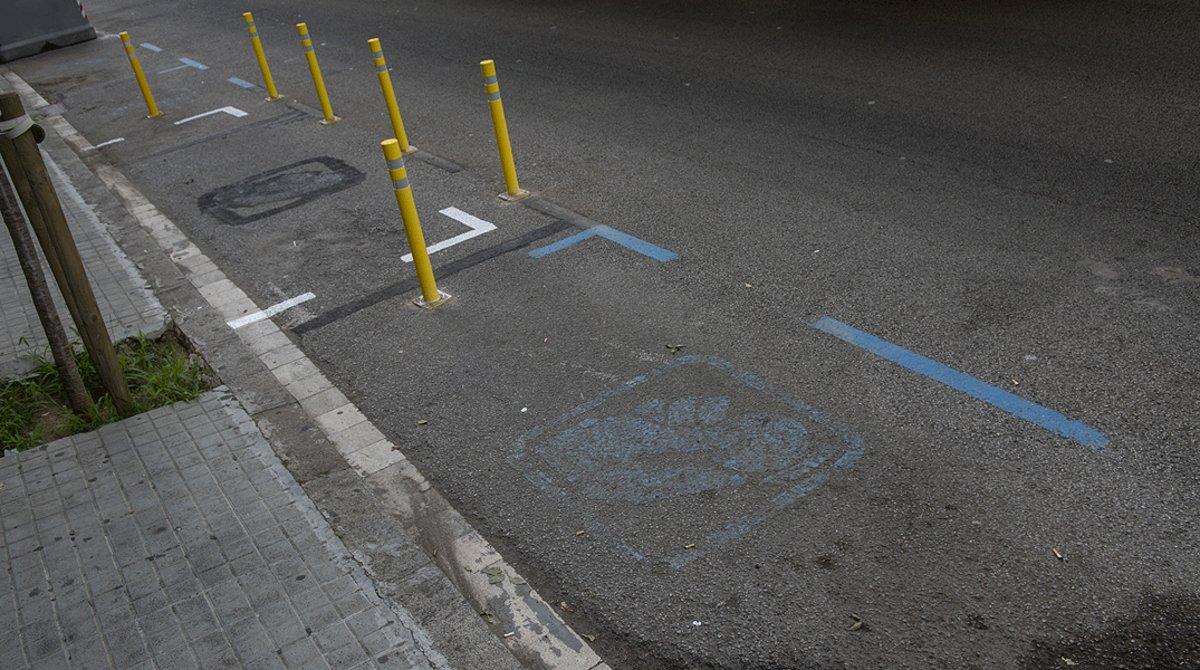 Plaza de aparcamiento vacía en una zona azul de Sant Andreu, el pasado 21 de agosto, antes del regreso de los coches a la ciudad.