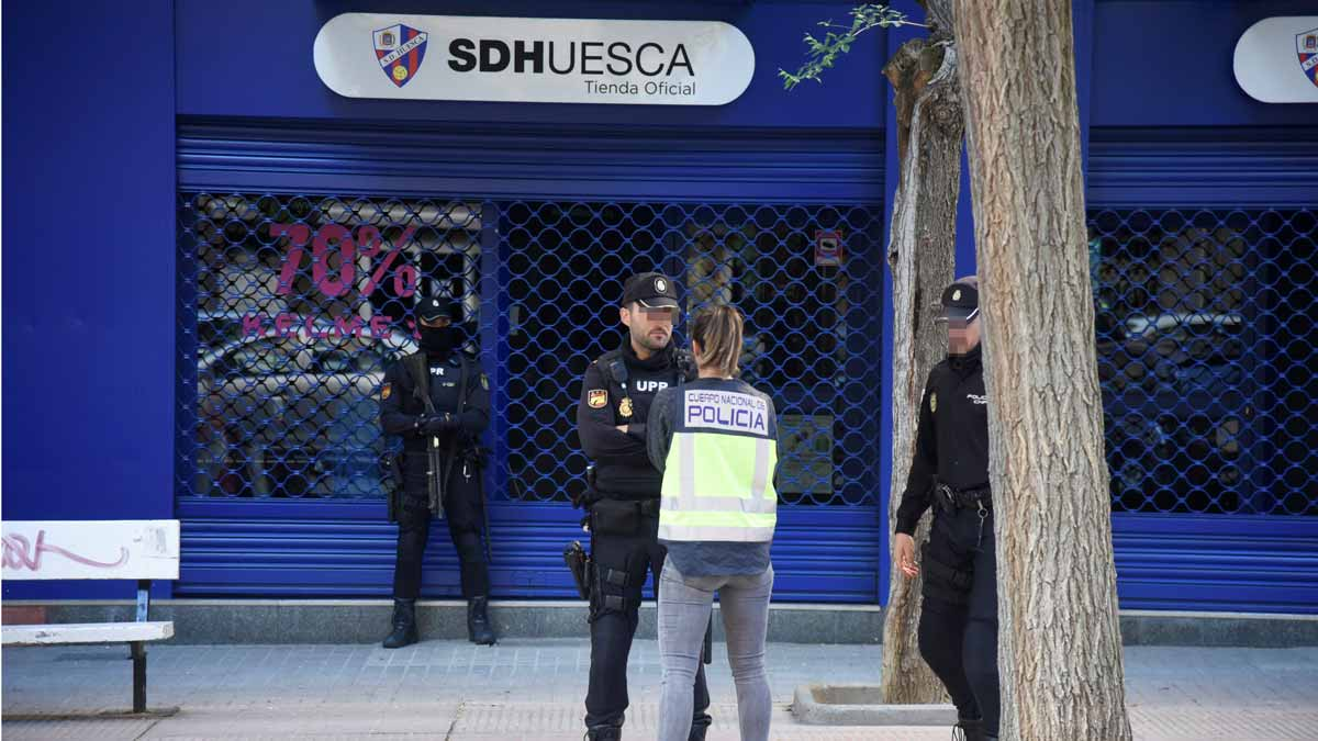 La Policía Nacional registra la sede del Huesca por presunto amaño de partidos.