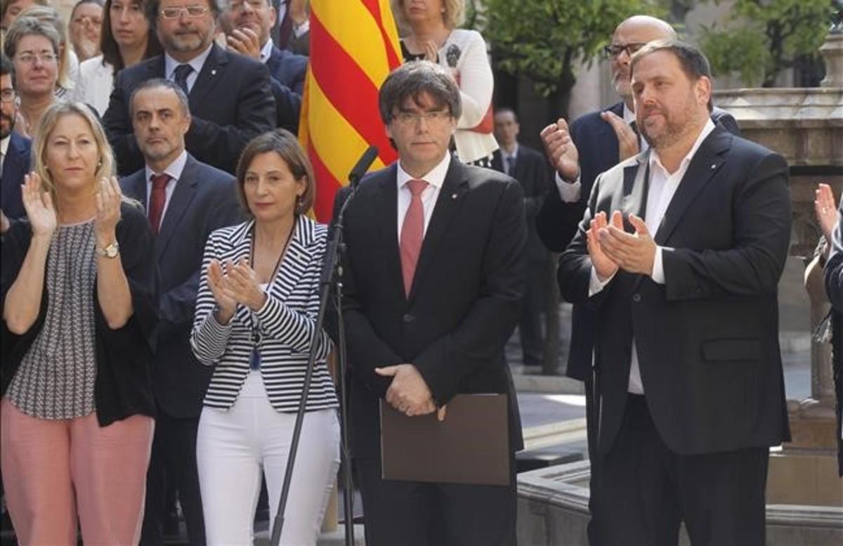 El 'president', Carles Puigdemont, y el vicepresidente del Govern, Oriol Junqueras, durante el anuncio de la fecha y la pregunta del referéndum.