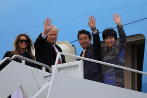 U.S. President Donald Trump and his wife Melania (L) wave with Japanese Prime Minister Shinzo Abe (2ndR) and his wife Akie Abe while boarding Air Force One as they depart for Palm Beach, Florida, at Joint Base Andrews, Maryland, U.S., February 10, 2017. REUTERS/Carlos Barria
