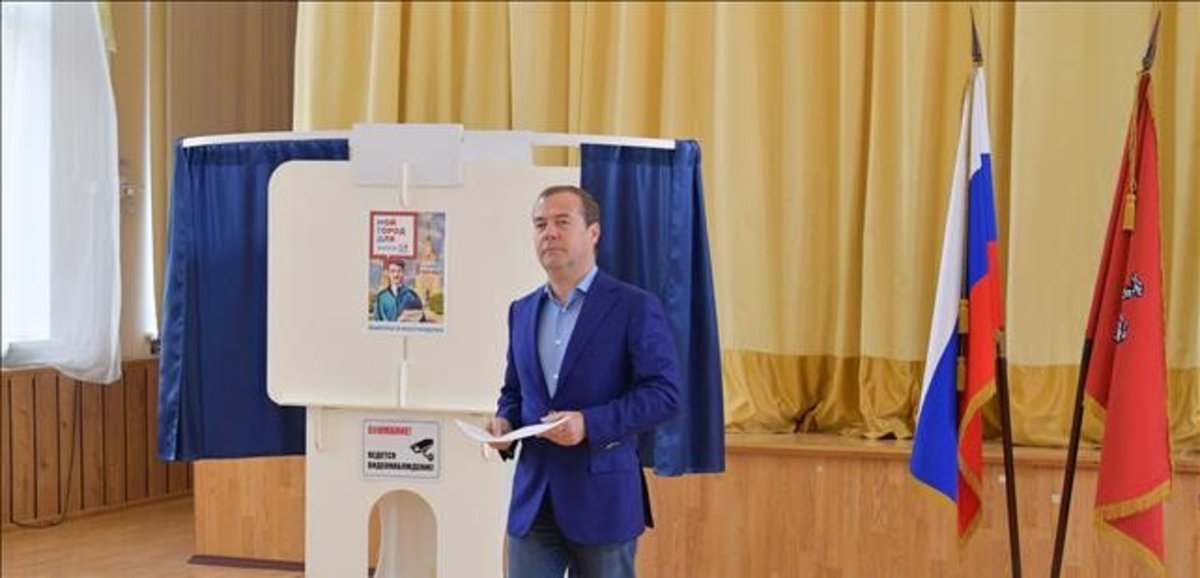 El primer ministro Dmitri Medvédev, tras votarayer.