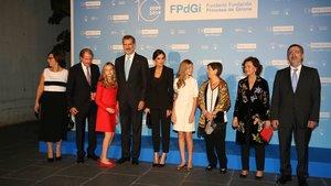La princesa Leonor (tercera por la izquierda) junto a su padre el rey Felipe VI, su madre y su hermana, la infanta Sofía, en la entrega de los Premios Princesa de Girona 2019, en Barcelona, este lunes.