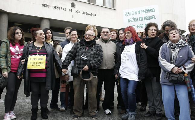 Protesta de la asociación SOS Bebés Robados ante los Juzgados de Plaza de Castilla de Madrid.