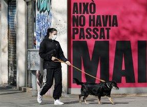 GRAFCAT3168. BARCELONA, 19/03/2020.- Una persona pasea a su perro por la Avenida del Paralelo de Barcelona, este jueves, durante la quinta jornada en estado de alarma por la pandemia de coronavirus. EFE/Andreu Dalmau