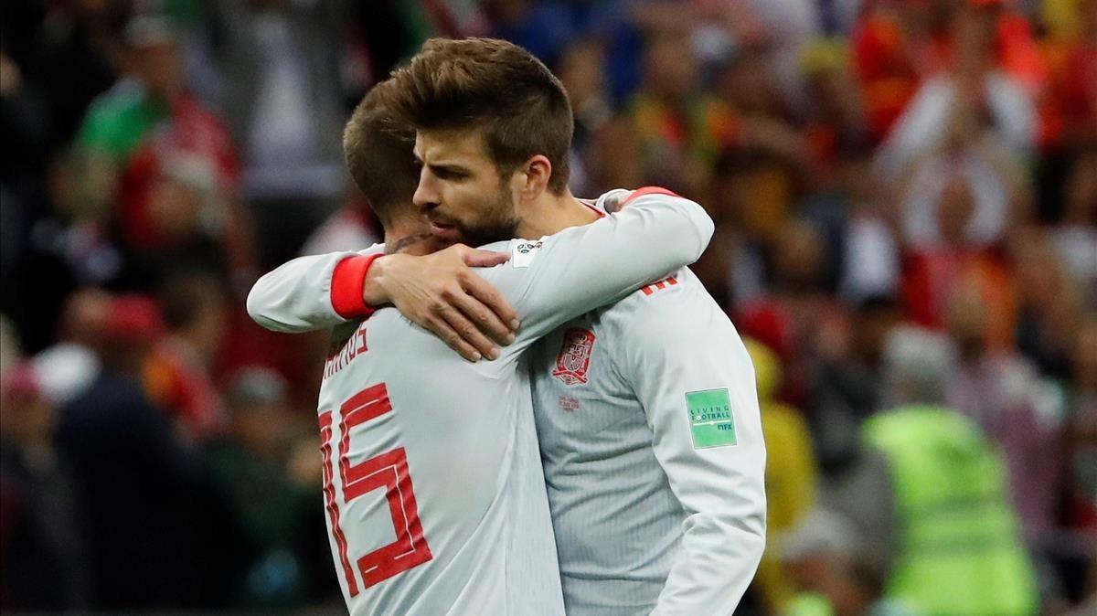 Ramos se abraza a Piqué al concluir el partido 100 del azulgrana con España.