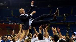 El manteo de Zidane tras ganar la Champions para el Madrid en Kiev.
