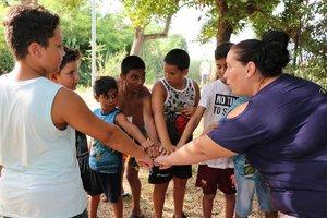 Lucía,derecha, con un grupo de niños en el Rec Comtal.