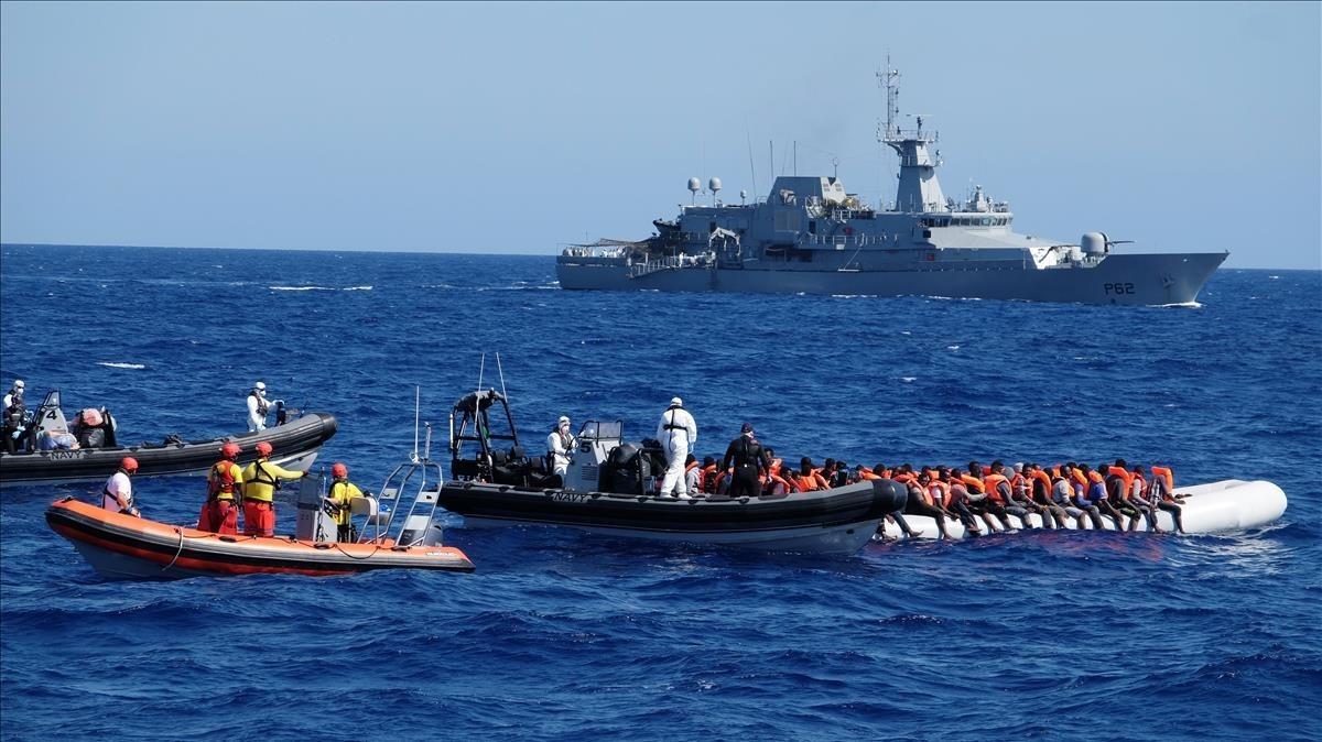Rescate de emigrantes frente a la costa de Libia.