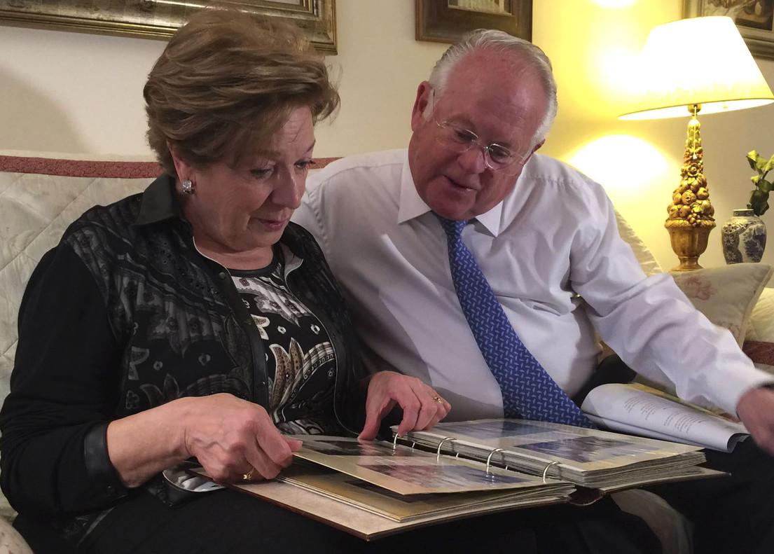 Robert Tansill Oliver y Maribel Calvo, padres de uno de los pasajeros fallecidos en el accidente de Germanwings,miran un álbum de fotos familiar, el sábado en Barcelona.