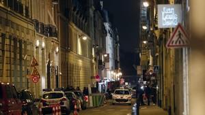 Agentes de policía trabajan en la entrada posterior del Hotel Ritz tras el robo en la joyería.