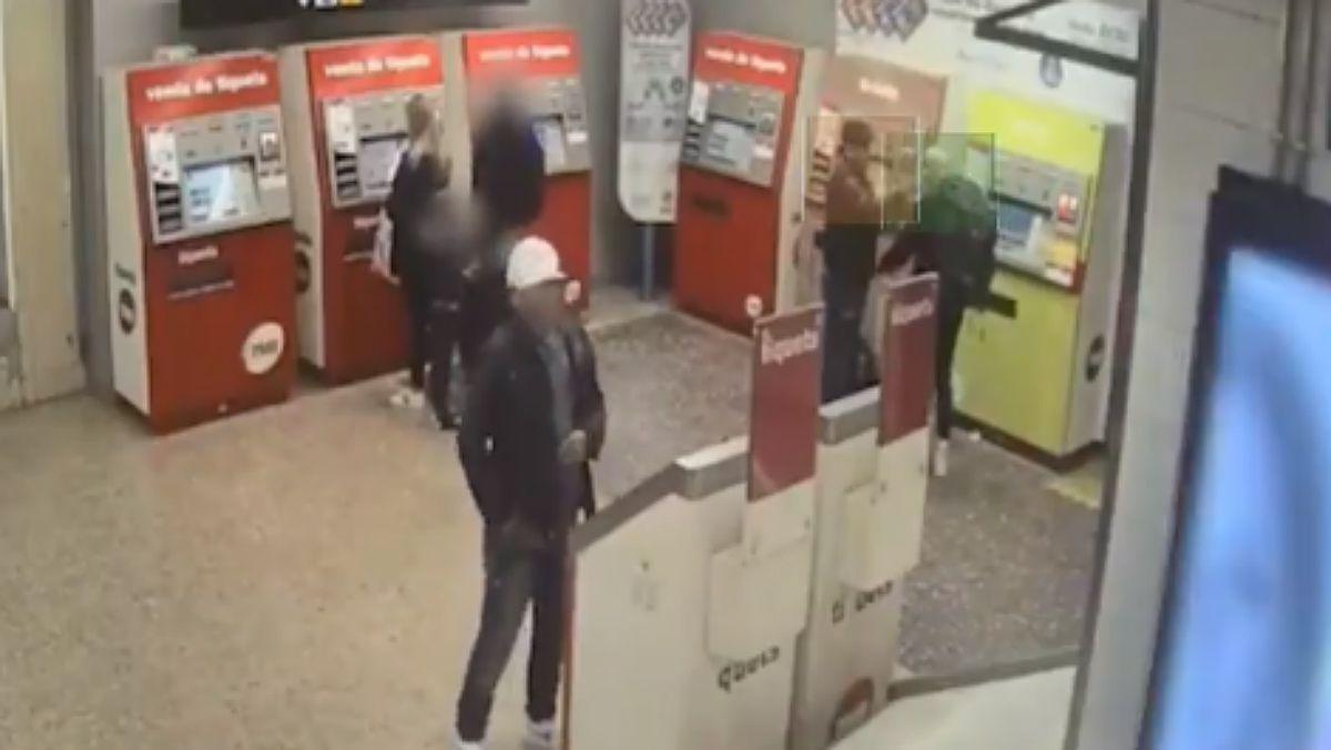 Desmantelado grupo de ladrones que robaba en el metro por el método de la mancha