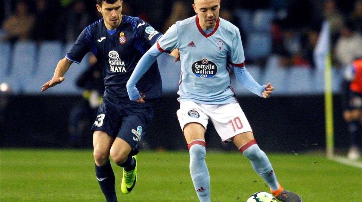 Aspas, la estrella del Celta, en un partido contra el Espanyol, pelea con Aaron Martín.