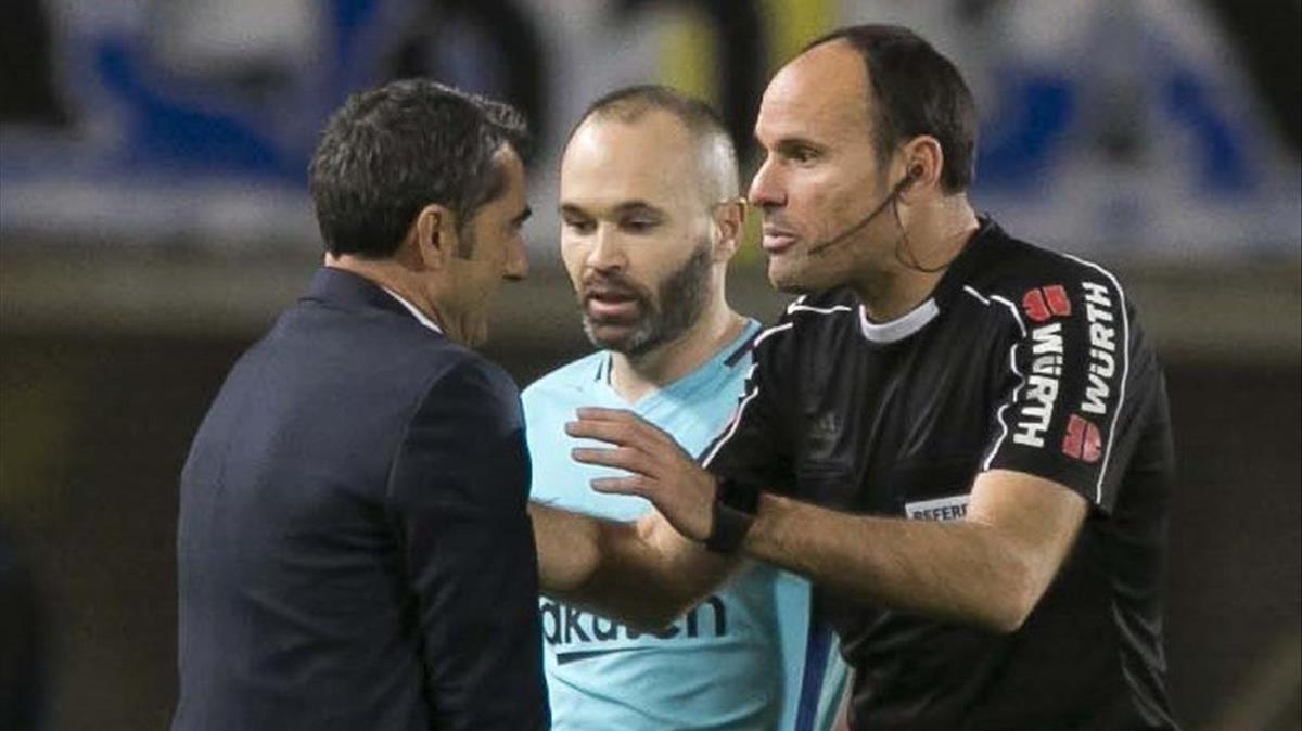 Valverde discute con Mateu junto a Iniesta.