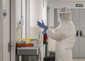 Un trabajador sanitario se dispone a entrar en una habitación de un hospital de Lleida.