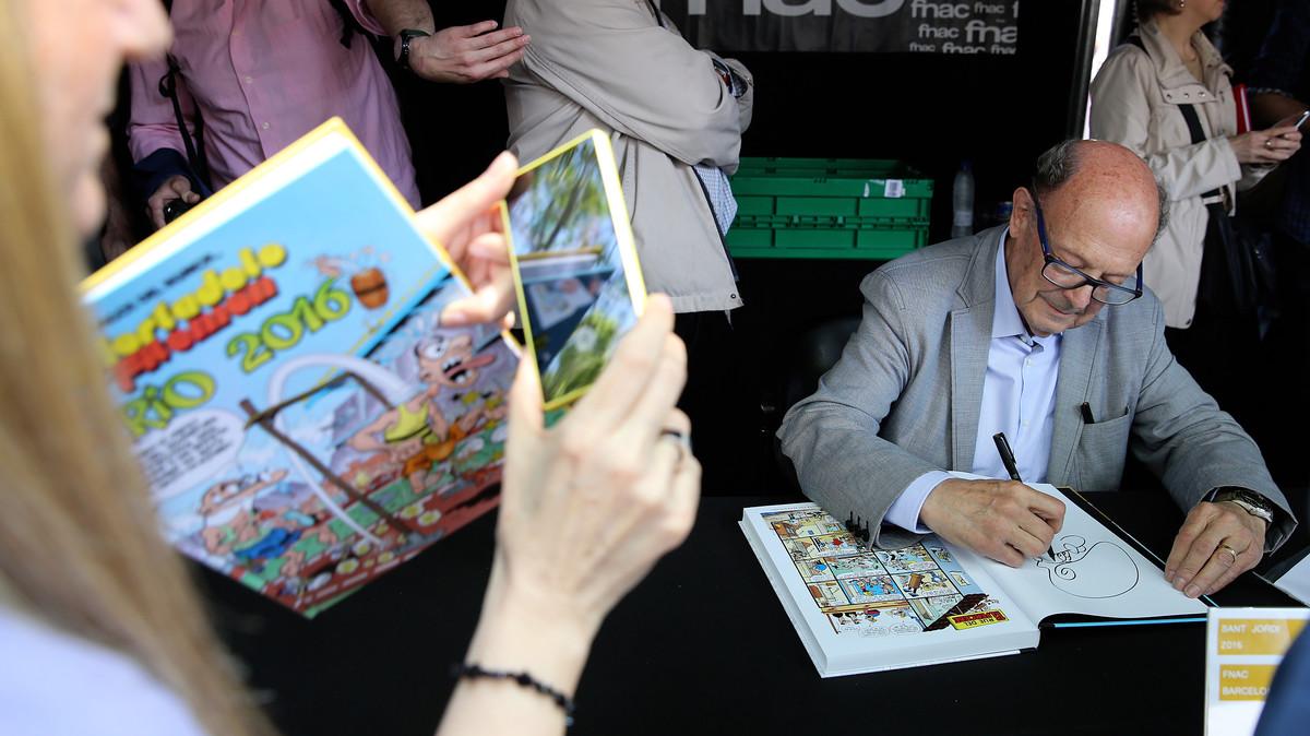 Francisco Ibáñez firma libros en la FNAC.