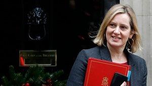 La secretaria de Trabajo británica, Amber Rudd, saliendo del número 10 de Dwoning Street después de una reunión del Gabinete.