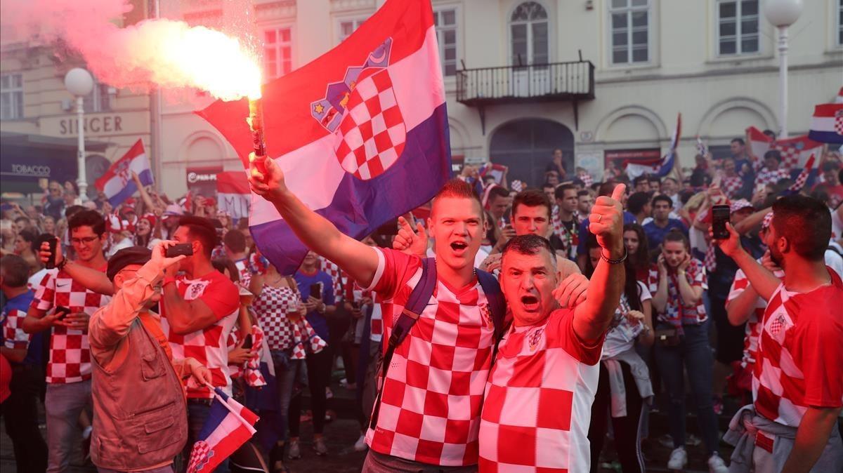 Seguidores croatas celebran su subcampeonato en las calles de Zagreb.