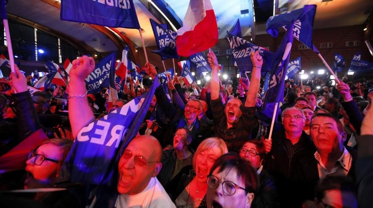 Seguidores de la líder del ultraderechista FN celebran los resultados electorales, en Henin-Beaumont, el 23 de abril.
