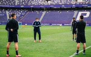 Sergio González da instrucciones a los jugadores del Valladolid en el entrenamiento de este miércoles