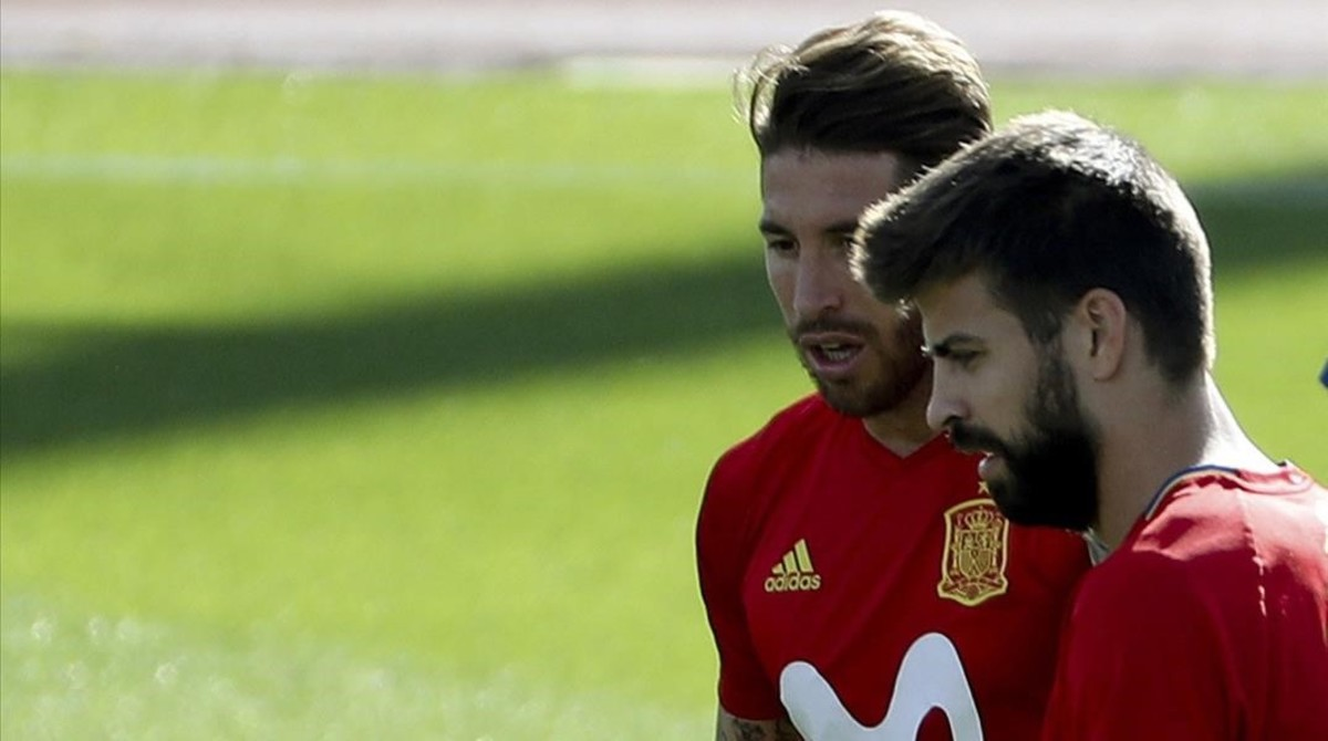 Sergio Ramos y Gerard Piqué, en un entrenamiento en Las Rozas.