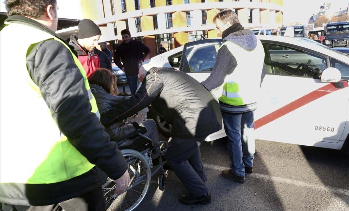 Servicios mínimos de taxi en la estación de Atocha, en la jornada de huelga en Madrid.
