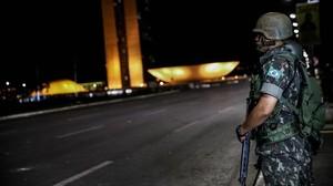 Soldados del Ejército brasileno hacen guardia en las inmediaciones del Ministerio de Desarrollo Agrario de Brasil.