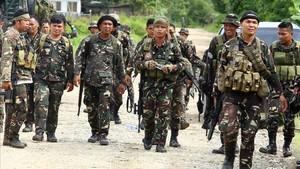 Soldados filipinos en una carretera localen la isla sureña de Mindanao.