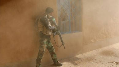 Un soldat iraquià, durant els enfrontaments amb combatents de l'Estat Islàmic, a Al-Qasr (Sud-est de Mossul, Iraq).