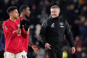 Sollskjaer, técnico del United, conversa con Ighalo y Lingard al final de un partido