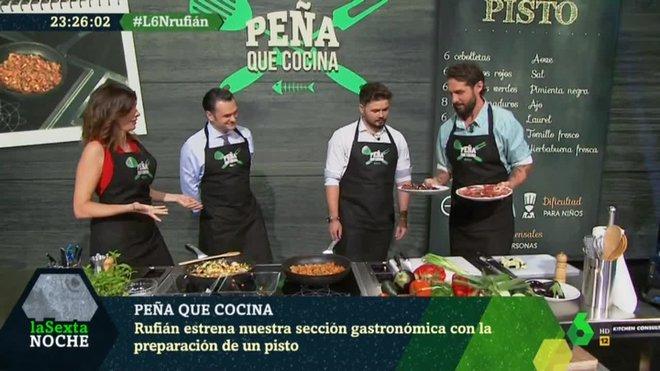 Rufián, de cocinero en 'La Sexta noche'.