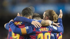 Suárez,Griezmanny Messi, abrazados tras el gol del capitán azulgranaen el partido con el Alavés.