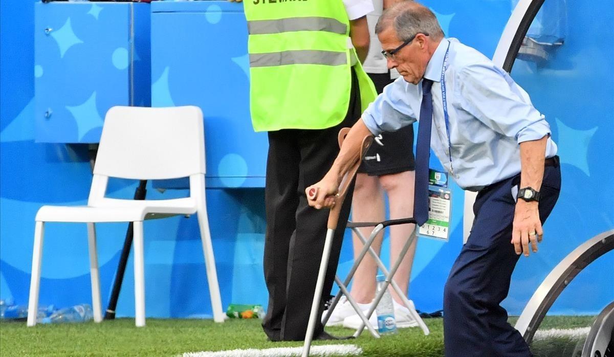 El maestro Tabárez saledel banquillo durante el Uruguay-Arabia.