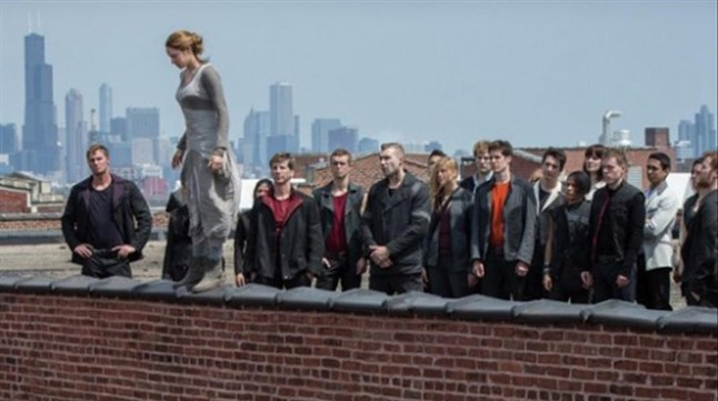 Shailene Woodley protagoniza una peligrosa escena en la pelicula Divergente.