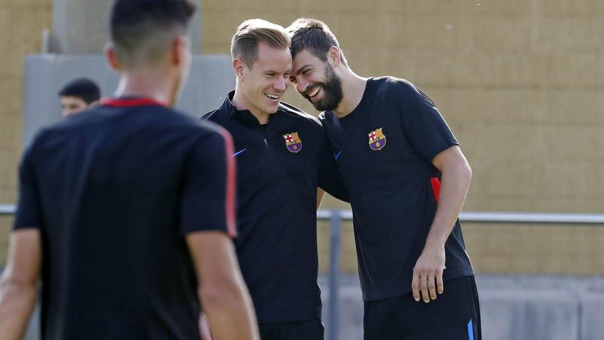 Ter Stegen y Piqué durante el entrenamiento del martes en la ciudad deportiva del Barça.