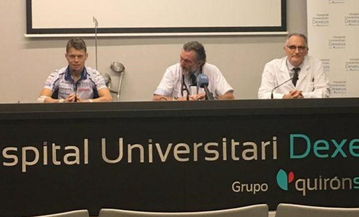 Tito Rabat y los doctores Ángel Charte y Xavier Mir, hoy, en el Institut Quirón-Dexeus, de Barcelona.