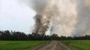 Una columna de humo de lo que se supone que es un poblado en llamas en el estado de Rakhine, en Birmania.