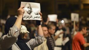 Una manifestante con un cartel de apoyo a Zafzafi, en Alhucemas.