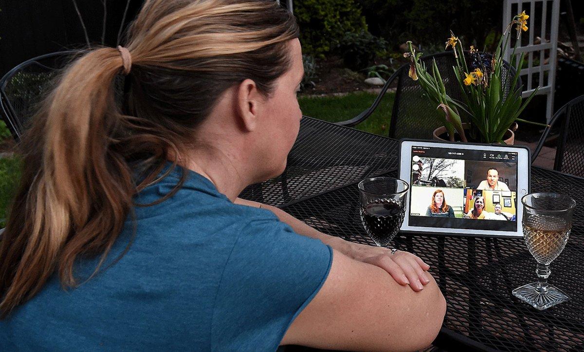 Una mujer conversa con varios amigos gracias a un programa de videollamadas, en Arlington (EEUU), el pasado 8 de abril.