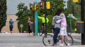 Una pareja se abraza en una calle en Zaragoza, el viernes 8 de mayo, aún en la fase 0 de la desescalada.