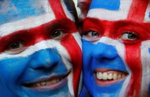 Una pareja de seguidores islandeses celebrala victoria de su selección.