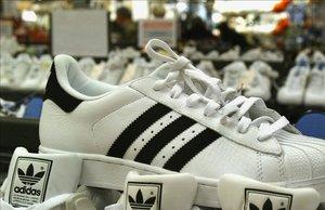 Unas zapatillas de Adidas en una tienda de Magdeburg (Alemania).