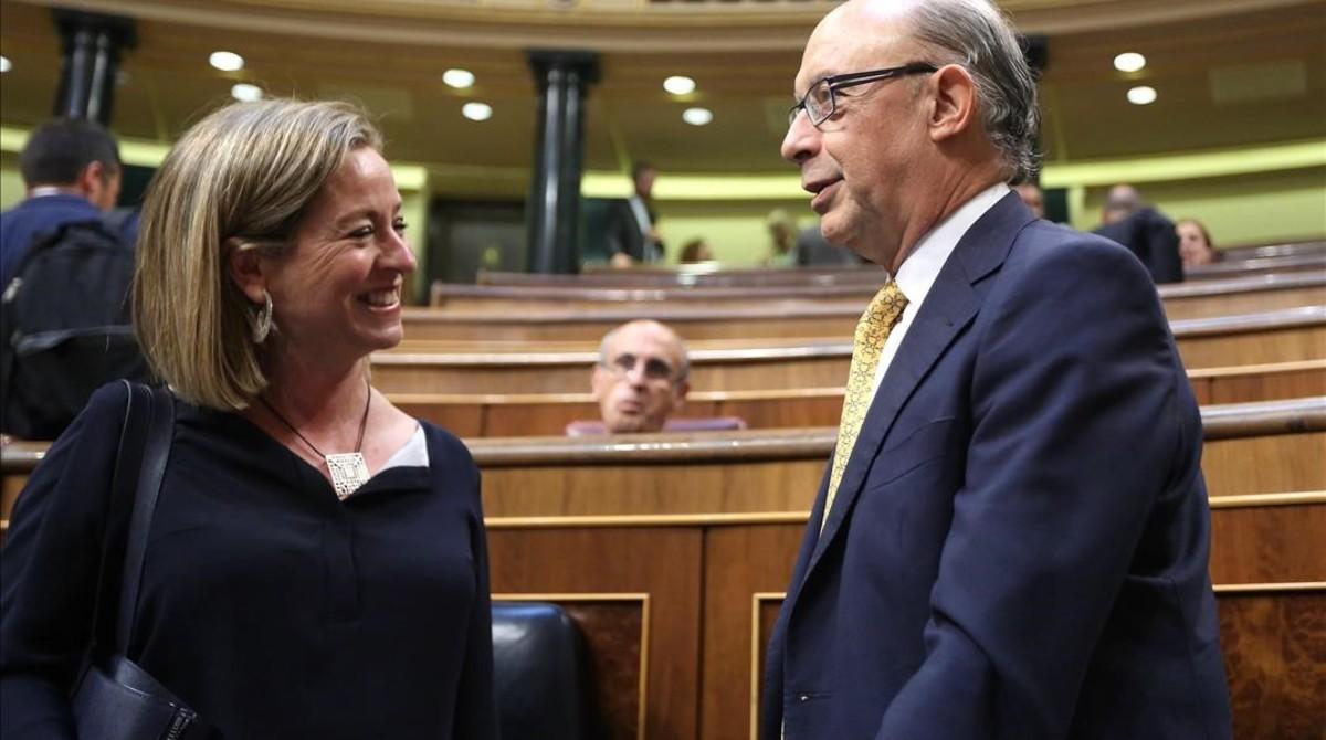 Ana Oramas (CC) conversa con Cristóbal Montoro en el Congreso.