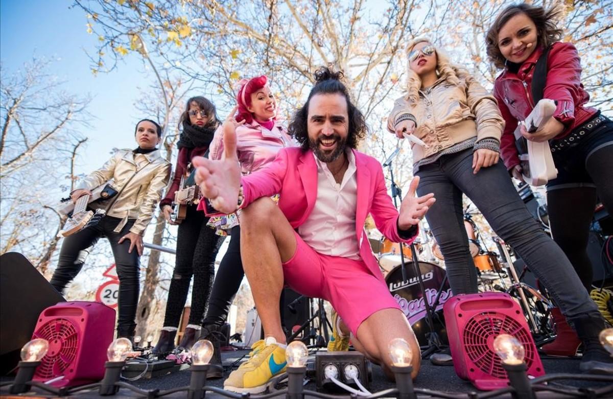 Raúl Gómez, presentador de El running show, con el grupo The Ladies.