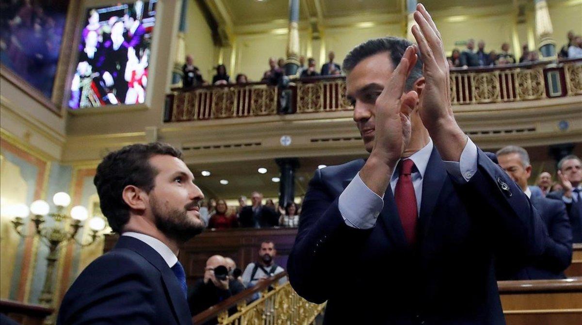 Pablo Casado y Pedro Sánchez, el pasado martes en el Congreso tras la votación de investidura.