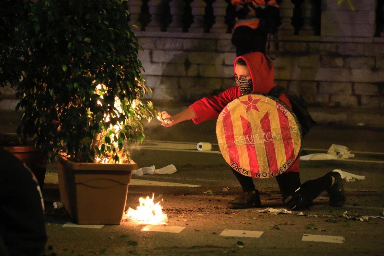 Uno de los manifestantes prendiendo fuego.
