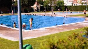 Unos niños en una piscina este verano.